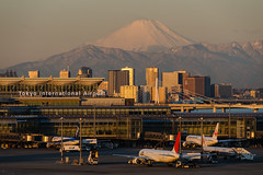 6AM in Haneda (deletio) Tags: morning mountains japan skyline tokyo airport airplanes mtfuji haneda 2013 d700 afnikkor300mmf4ed