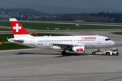 Swiss HB-IPR (Howard_Pulling) Tags: camera canon switzerland photo foto swiss aviation zurich 2006 fotos april flughafen airlines zuerich zurichairport flug hpulling howardpulling 760uz