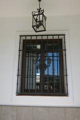 Dos faroles y yo (Micheo) Tags: spain setenildelasbodegas pueblosblancos andalucia verano summertime ventana window selfie reflejo farol streetlamp bars rejas pared wall