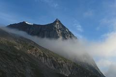 le soleil arrive sur le Wiwannihorn (bulbocode909) Tags: valais suisse rarogne wiwannihorn montagnes nature brume ciel bleu cabanewiwanni matin nvs