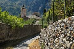 L'arrive au village  promenade des hauteurs de Saorge, Alpes-Maritimes, aot 2016 (Stphane Bily) Tags: stphanebily fontan saorge alpesmaritimes provencealpesctedazur village rue glise church monastre