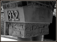 Cranbrook School: Alumni Court, Class of 1932 (pinehurst19475) Tags: blackandwhite bw 1932 michigan stonecarving cranbrook alumni bloomfieldhills oaklandcounty nationalregister blackandwhitephotos nationalregisterofhistoricplaces columncapital nrhp sculpturalrelief alumnicourt classof1932 cranbrookschoolforboys raisednumerals nrhpdistrict73000954 architectutaldetail