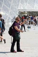 Pche  la ligne (.urbanman.) Tags: louvre pyramide selfie auto pche