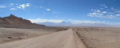 """Le désert d'Atacama: el Valle de la Luna. Volcans au loin. <a style=""""margin-left:10px; font-size:0.8em;"""" href=""""http://www.flickr.com/photos/127723101@N04/29150908171/"""" target=""""_blank"""">@flickr</a>"""