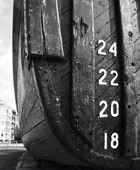 18, 20, 22, 24... (Ren-s) Tags: boat bateau sea mer wood bois coque hull numbers nombres 18 20 22 24 bokeh pointdefuite vanishingpoint blackandwhite noiretblanc antwerp anvers belgium belgique europe day daylight sunlight contrast ship