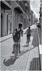 Paseo en Bicicleta (Bicycle Ride) (Samy Collazo) Tags: leicalllf1951 summitar5cmf201951 kodaktrix400 sanjuan oldsanjuan viejosanjuan puertorico epsonperfectionv500scanner aviary niksilverefexpro2 streetphotography fotografiacallejera bicicleta bicycle lightroom bn bw adoquines cobblestones contraluz backlight