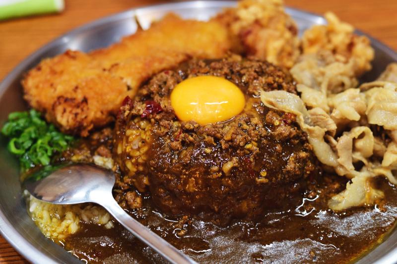 Nikon 50mm f1.8G - 2 -台灣咖哩蔥花、生蒜、肉燥 + 生蛋黃,搭配日式咖哩醬汁、炸豬排,還有炸機塊、豬肉片