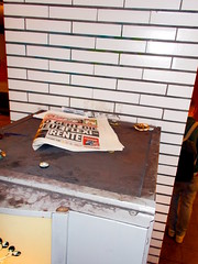 (h.d.lange) Tags: berlin kreuzberg bz schlagzeile kaffeeautomat ubahn ubahnhof