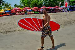 Hi, surfer! (Nebelkuss) Tags: indonesia kuta bali playas beach surf surfista surfer mirada look elzoohumano thehumanzoo fujixe1 fujinonxf1855