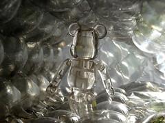 La tte dans les nuages. (AGUILA81) Tags: bearbrick berbrick bear toy arttoy medicom ours plastic jouet figurine clear transparent jelly jellybean