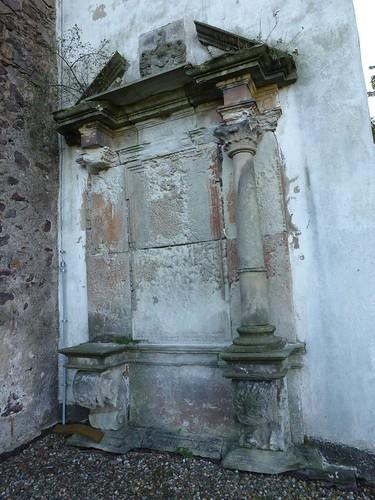 Zniszczone epitafium przy kościele św. Mikołaja w Świnach