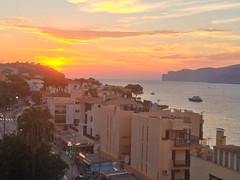 Sunset in Santa Ponsa (Cameron Burns) Tags: ocean santa sunset sea españa sun beach water boats island boat spain mediterranean mallorca isla majorca baleares santaponsa balearics ponsa ponça santaponça calviá