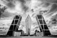 Puerta de Europa de Madrid (Alberto E. Martinez) Tags: madrid espaa blanco arquitectura puerta nikon europa negro bn nikkor torres gemelas kio 1685 inclinadas d7000