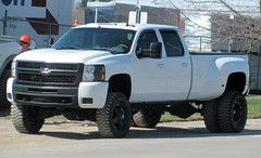 White Chevy Dually (Eyellgeteven) Tags: white chevrolet truck gm 4x4 diesel pickup pickuptruck chevy madeinusa americanmade fourwheeldrive lifted chev generalmotors longbed 1ton dually duramax eyellgeteven