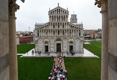 The Well-Organised Tourists Arriving in Pisa... (Maria_Globetrotter) Tags: travel italien autumn italy panorama tourism rain architecture canon grey october italia day view cloudy over perspective landmark aerial medieval tourists rainy framing italie höst overview 2012 italië lightroom 意大利 caduta イタリア италия 550d 1585 landmärke mariaglobetrotter