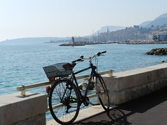 in attesa..... (g.fulvia) Tags: sea bike mare mentone bicicletta