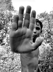 _DSC1249 - La main de Pab (Le To) Tags: noiretblanc nerosubianco bw monochrome extrieur enfant main