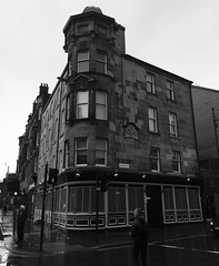 The Old Ship Bank, Glaschu / Glasgow (1904) (Rhisiart Hincks) Tags: duagwyn gwennhadu dubhagusgeal dubhagusbn zuribeltz czarnobiae blancinegre blancetnoir blancoynegro blackandwhite  bw feketefehr melnsunbalts juodairbalta negruialb siyahvebeyaz rnoinbelo    zwartenwit mustajavalkoinen crnoibelo ernabl schwarzundweis yralban scotland albain kotija koterana eskozia broskos scoia cosse esccia schottland skotlanti escocia glasgow glaschu glaw glav euri rain pluie uisge bisteach lluvia pluvo es regen