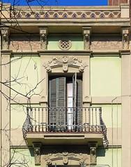 Barcelona - Consell de Cent 013 e (Arnim Schulz) Tags: barcelona espaa art window architecture ventana spain arquitectura arte fenster kunst catalonia finestra artnouveau gaud architektur catalunya espagne fentre modernismo catalua spanien modernisme jugendstil espanya katalonien stilefloreale belleepoque baukunst