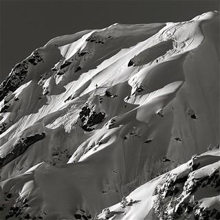 photo boillon christophe / photo au carré n&b série neige & ombres de l'hiver /  vallée de chamonix dans le massif des aiguilles rouges  jeux d'ombres & lumière avec des skieurs en hors-piste au couchant