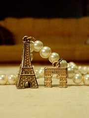 Tenho Paris inteira na minha mo (Amanda de Souza Albuquerque) Tags: paris bracelet pulseira