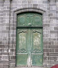 Clermont-Ferrand, Puy-de-Dme: glise des Carmes. (Marie-Hlne Cingal) Tags: door france green puerta vert 63 porta porte tr puydedme clermontferrand