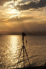 Photography's Day World. congrats to ALL my FLICKR's friends. (Ruby Ferreira ®) Tags: photographysdayworld silhuetas silhouettes bay baía ripples tripod tripé pôrdosol sunset rays clouds