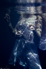 V&G (Bren Vazquez Fotografia) Tags: prpura water underwater dress pareja bajoelagua submarinas belleza azul dramaticas love amor
