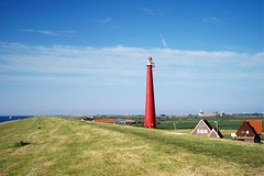 De Lange Jaap lighttower (Frhtau) Tags: holland nederland dijk netherland nordsee sea coast water deich damm light tower leuchtturm den helder lange jaap building construction traffic ship verkehr signal red gras