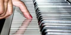 Imparare da grandi (stendol [L.B.W.L.]) Tags: piano imparare grandi pianoforte musica dito tasti riflesso suonare neri bianchi unghia smalto linee parallele music art dof