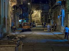 La Habana : survol / overview (!Michel Grenier!) Tags: street people night mood havana cuba atmosphere caribbean alive activity decrepit nuit lahabana vivant caraïbes oldhavana streetshooting havane activité atmosphère vétuste olympusem5 olympusm75mmf18