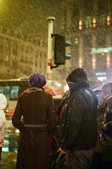 De noche en la ciudad. (8zil) Tags: city brussels people urban snow film analog 35mm noche gente belgium nacht nieve nevada ciudad nuit belgica frio peuple scannednegative pelcula negativoescaneado