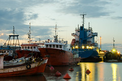 Cores no Porto (Mari Tortorella) Tags: sunset sea sky colors puerto uruguay la harbor boat reflex nikon ship paloma porto metallica reflexo uru navio rocha sunse d7 d7000