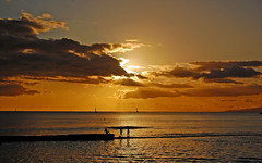 Walking on Water (jcc55883) Tags: sunset sky silhouette wall clouds hawaii nikon waikiki oahu horizon waikikibeach yabbadabbadoo d40 kuhiobeachpark nikond40
