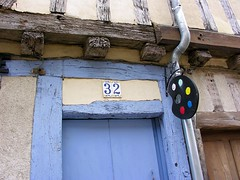Dtail de maison ancienne, Provins. (toucanne) Tags: eu provins 77 france colombages iledefrance maison house enseigne sign palette artist art number numro porte door halftimbered blue