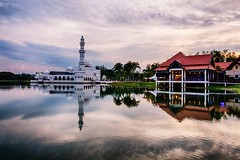 IMG_8325 ~ pedoman hidup (achem74) Tags: mosque floatingmosque masjidtengkutengahzaharah floating kualaibai kualaterengganu terengganu malaysia visitterengganu tourismterengganu tourismmalaysia travel places trip building architecture restaurant sunset sundown cloudscapes sky canon eos700d canoneos700d canonlens efs10mm18mm wideangle lake reflections floatingrestaurant masjid