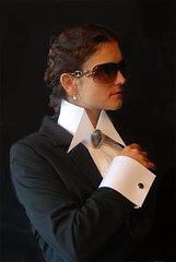 Altissimo 5 (ALTISSIMO-collarfan) Tags: woman up neck big high brooch blouse tips collar frau kragen stiff pointed bluse buttoned brosche hochgeschlossen steiferkragen blusenkragen hoherkragen kragenmitbrosche vatermörderkragen