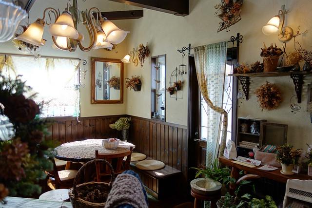 くのパンのおしゃれなカフェスペース