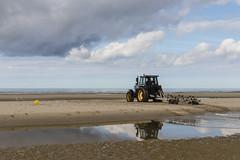 Remorqueur  bateaux (Mariette80) Tags: fortmahon littoralpicard ctepicarde plage tracteur mer sable