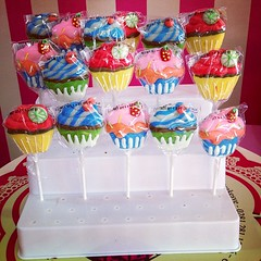 CupcakePops, sper ricas  bscala en #sweetcakesstore #lecheria #cupcakery #bakery #candy #pops #delicious #yummy #cute #originalstore #originalcupcakes #pinkstore #photooftheday #instagramers #instalove #3000followers #cupcake (Sweet Cakes Store) Tags: cakes square de cupcakes yummy y venezuela tienda cupcake squareformat hudson tortas lecheria chupetas sweetcakes ponques iphoneography instagramapp uploaded:by=instagram sweetcakesstore sweetcakesve