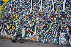 camouflage (mdsmdsmds) Tags: berlin colors smile gallery side east blending camou tarnfarben