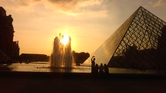 IMAG6142 (insolvenza) Tags: fontaine louvre pyramide selfie