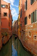 Venice : Rio dei S.S. Apostoli (Pantchoa) Tags: venise italie venetie rio apostoli gondole reflets eau nuages architecture faade perspective nikon d7100