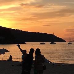 I #tramonti sul mare rimarranno uno dei momenti che ricorderete pi a lungo, qui siamo sulla spiaggia di #procchio a #marciana nello scatto di @polloince. Continuate a taggare le vostre foto con #isoladelbaapp il tag delle vostre vacanze all'#isoladelba. (isoladelbaapp) Tags: isoladelba elba visitelba portoferraio porto azzurro capoliveri marciana marina di campo rio