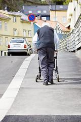 Mann med gåstol på fortau (Bymiljøetaten) Tags: bil biler bruker eldre folk fortau fotgjengere menneske mennesker pensjonist pensjonister person personer trehus