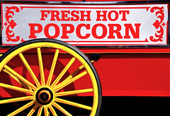 Fresh Hot Popcorn (Mondmann) Tags: red usa yellow museum america washingtondc smithsonian unitedstates popcorn streetvendor oldfashioned foodcart popcorncart mondmann freshhotpopcorn pentaxk5