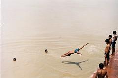 Plongeon (Lana Zhao) Tags: india men film kids swim river jump minoltax700 agra couleur argentique