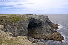 16 1602 - Morbihan, Belle Ile, la grotte de l'Apothicairerie (Jean-Pierre Ossorio) Tags: mer côte falaise morbihan rocher grotte roche randonnée belleile cotesauvage