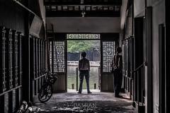 Zhujiajiao 2 (Damin Chiappe) Tags: asia china zhujiajiao bicicleta contraluz puerta seor hombre bycicle door man sombra shadow
