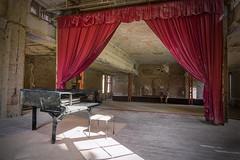 Warten auf eine Zugabe (Reinhard_M) Tags: grabowsee lungenheilsttte piano flgel grosersaal lostplaces rot morbide 72img698123ak